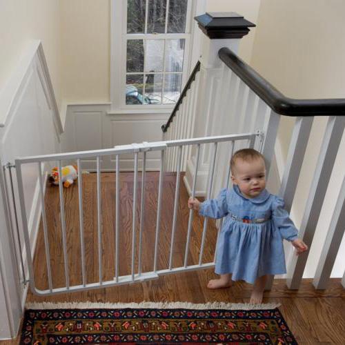 Чем закрыть лестницу от детей своими руками 571